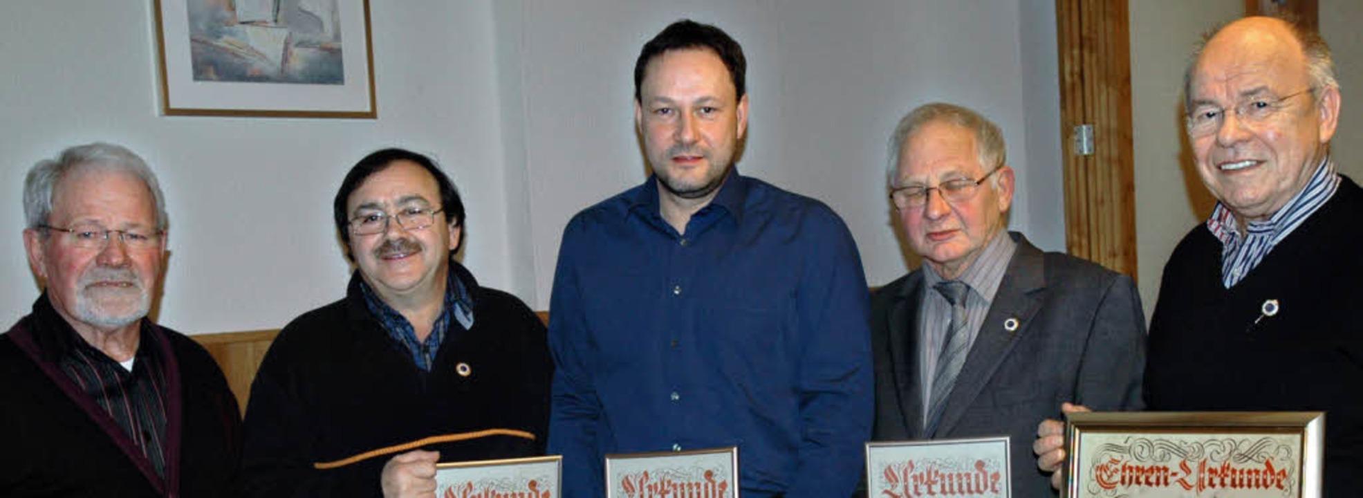 Für langjährige Mitgliedschaft beim Sp... dem neuen Ehrenmitglied Willi Brotz.   | Foto: Brigitte  Chymo