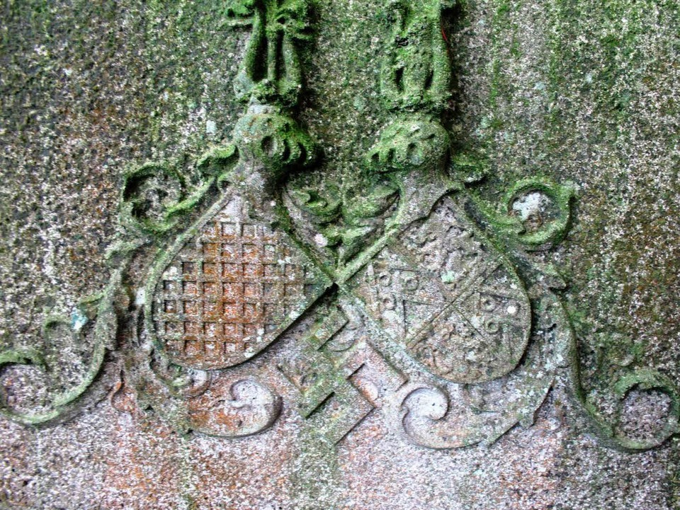 Das Familienwappen – darunter  das Hakenkreuz    Foto: horst david