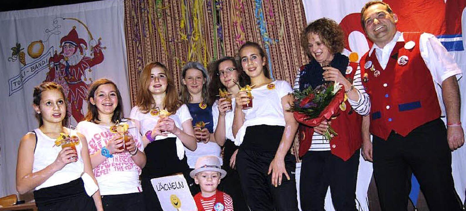 Die Crazy Girls beim Kappenabend der T...Pfauen mit Narrenvogt Charly Griebel.     Foto: Privat