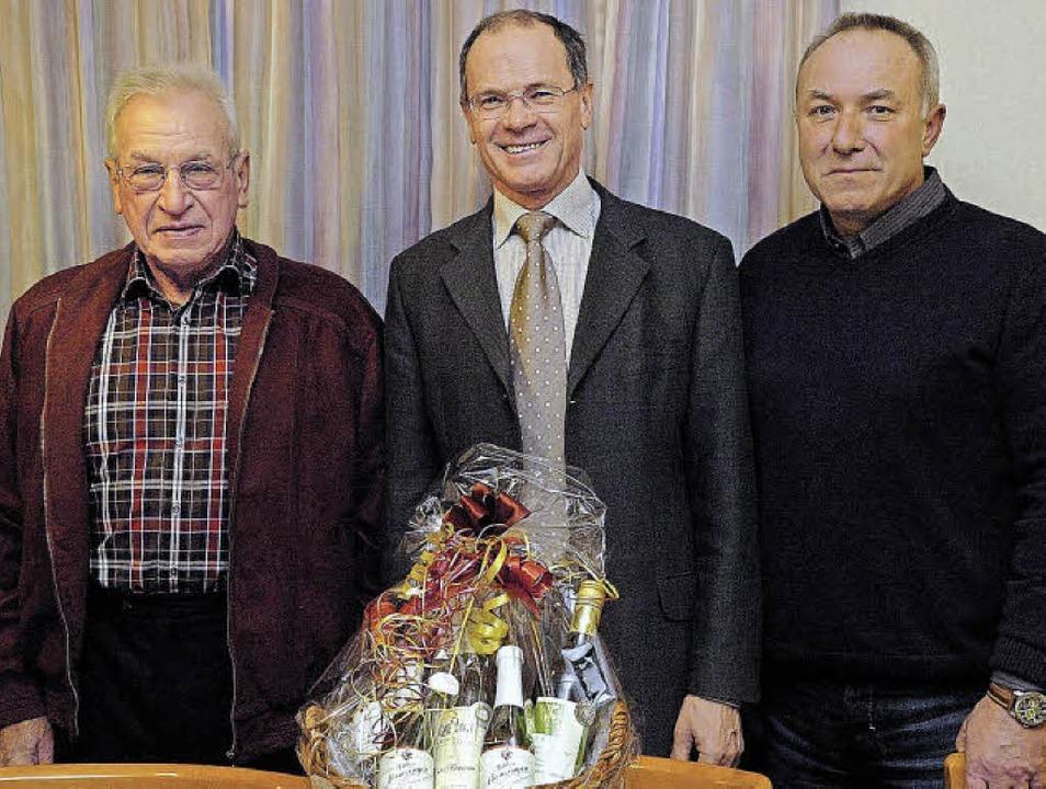 Für seine Verdienste um den Heimatvere...nden Manfred Burkart (rechts) geehrt.     Foto: Jürgen Schweizer