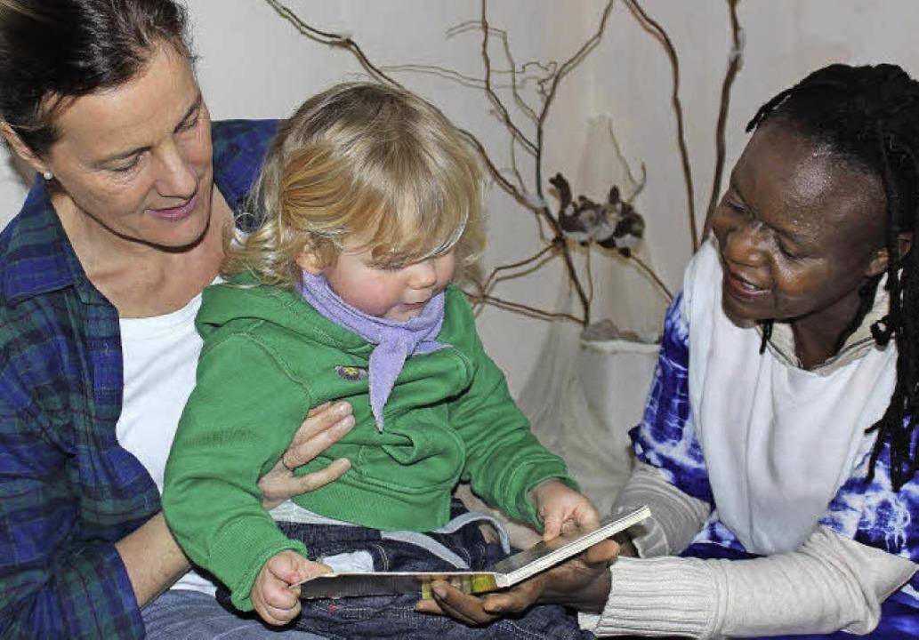 Die Waldorfpädagoginnen Mareike Ohlms ...Silviah Njagi mit Krippenkind Collin.     Foto: Laura Völker