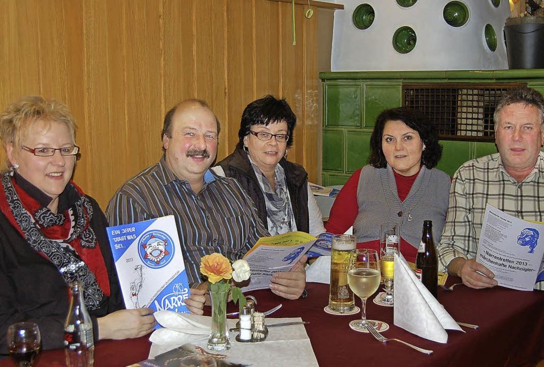 Sind stolz auf ihren neuen Narrenspieg...zenarrenvater Michael Kech (von links)    Foto: Claudia Renk