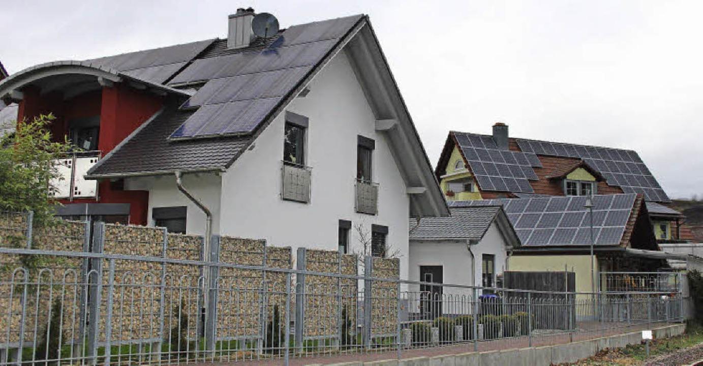 In Bötzingen ist die Energiewende bei ...ltaikanlagen auf Hausdächern anzeigen.    Foto: horst david