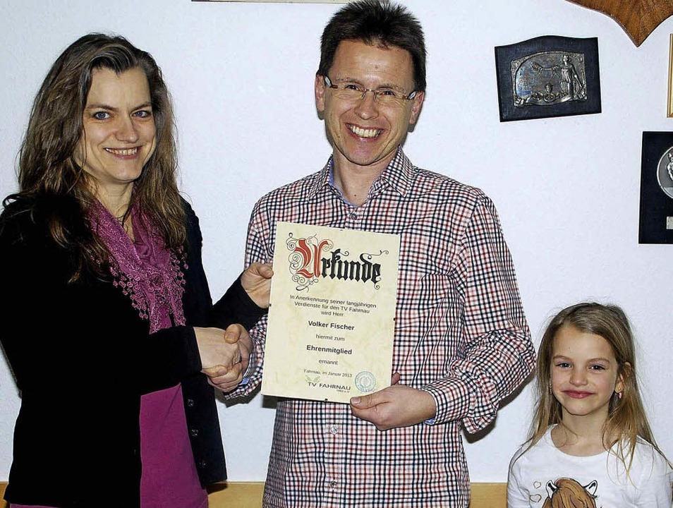 Die Vorsitzende Diana Sorzio, assistie...m neuen Ehrenmitglied Volker Fischer.     Foto: Edgar Steinfelder