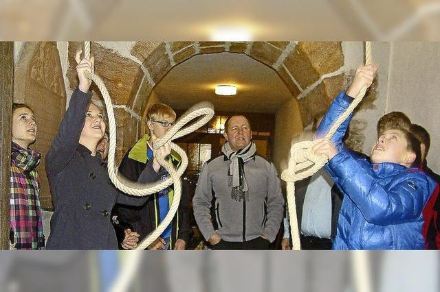 In Tegernau lernen Jugendliche, wie man Kirchenglocken von Hand läutet