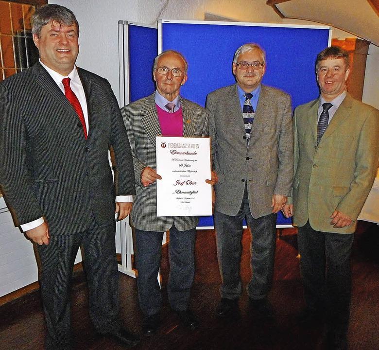 Der neue Vorsitzende vom Liederkranz J...sef Obert für 60 Jahre Mitgliedschaft.  | Foto: M. Burkert
