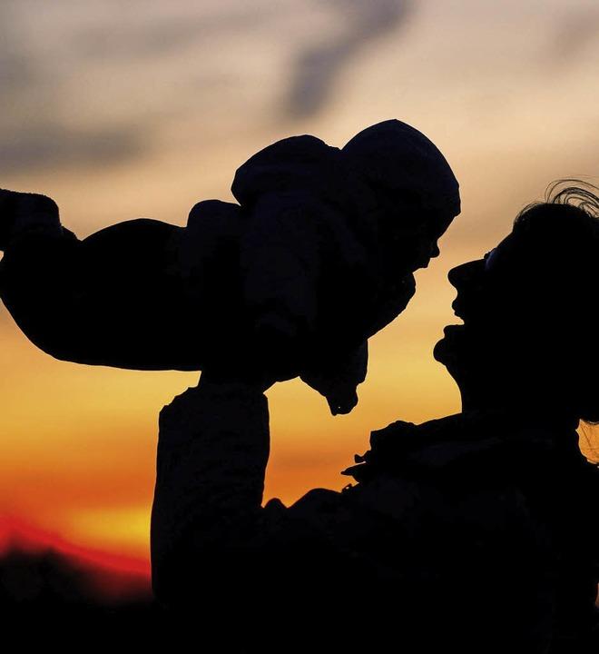 Ist die Mutter glücklich, ist das in a...gen Hilfe und Unterstützung anbietet.   | Foto: DPA/Marius Alexander
