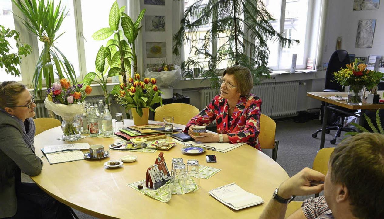 Bürgermeisterin Gerda Stuchlik im Gesp...öhl und Joachim Röderer in ihrem Büro.  | Foto: Ingo Schneider