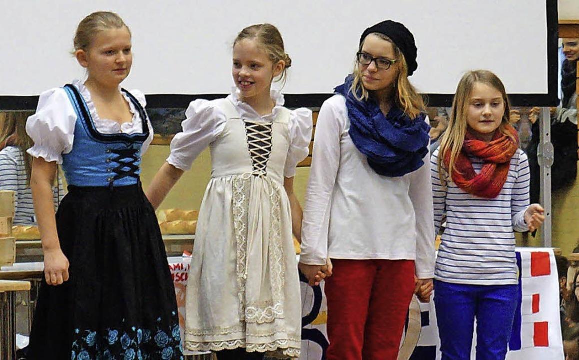 Annika Neugart, Hanna Hoefer, Judith L... in dem es um ein Wurstbaguette geht.   | Foto: Schule