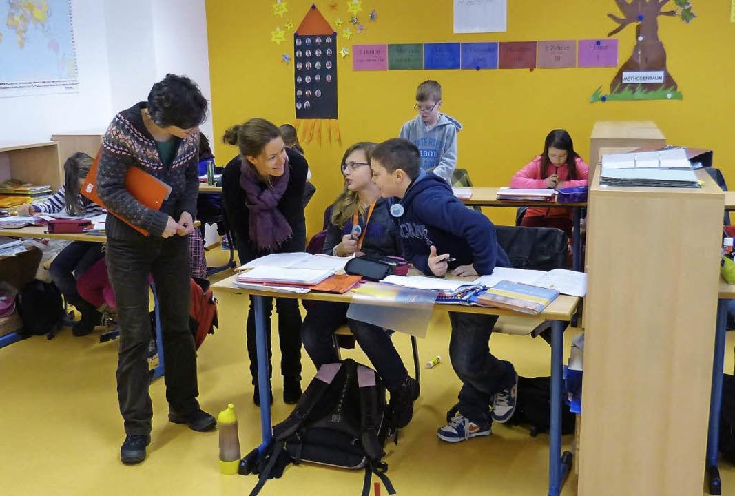 Bei ihrem Besuch in Schwanau erkundigt...hrungen mit dem Nachmittagsunterricht.  | Foto: susanne bremer