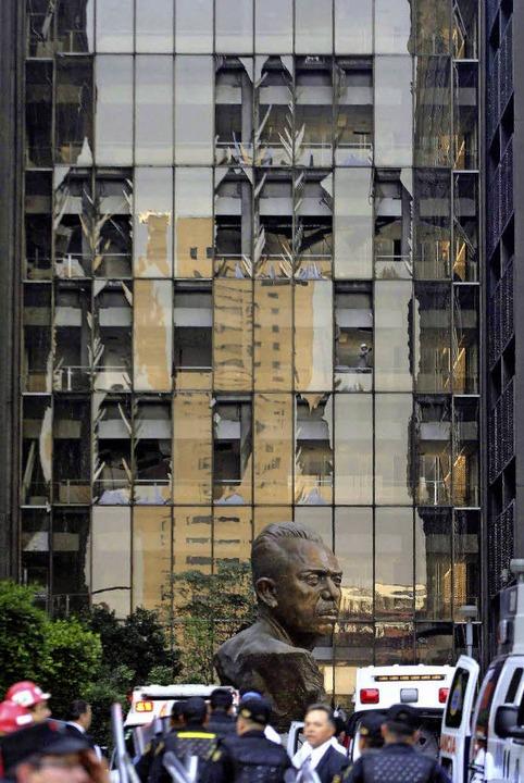 54 Stockwerke hoch ist der Pemex-Turm ...deutliche Spuren der Explosion zeigt.   | Foto: dpa