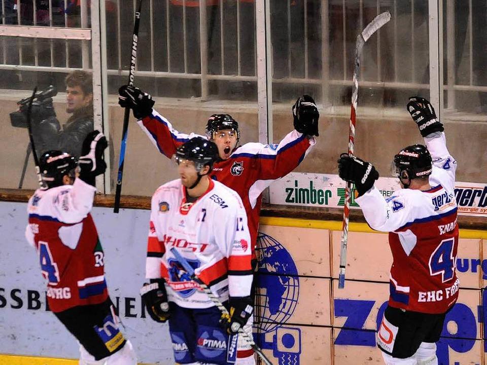 Tobias Kunz (Mitte) erzielte  für die Wölfe schon kurz nach dem Anpfiff das 1:0.  | Foto: Achim Keller