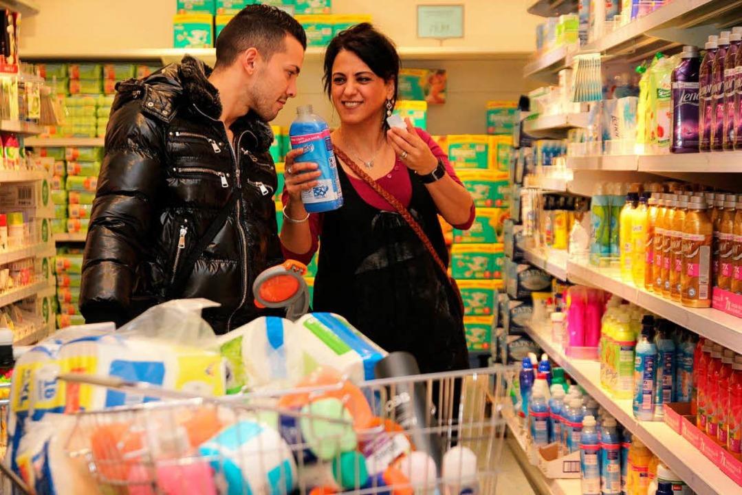 Einkaufen als soziales Happening. Anto... ihren Einkauf in Neuenburg viel Zeit.  | Foto: Michael Saurer