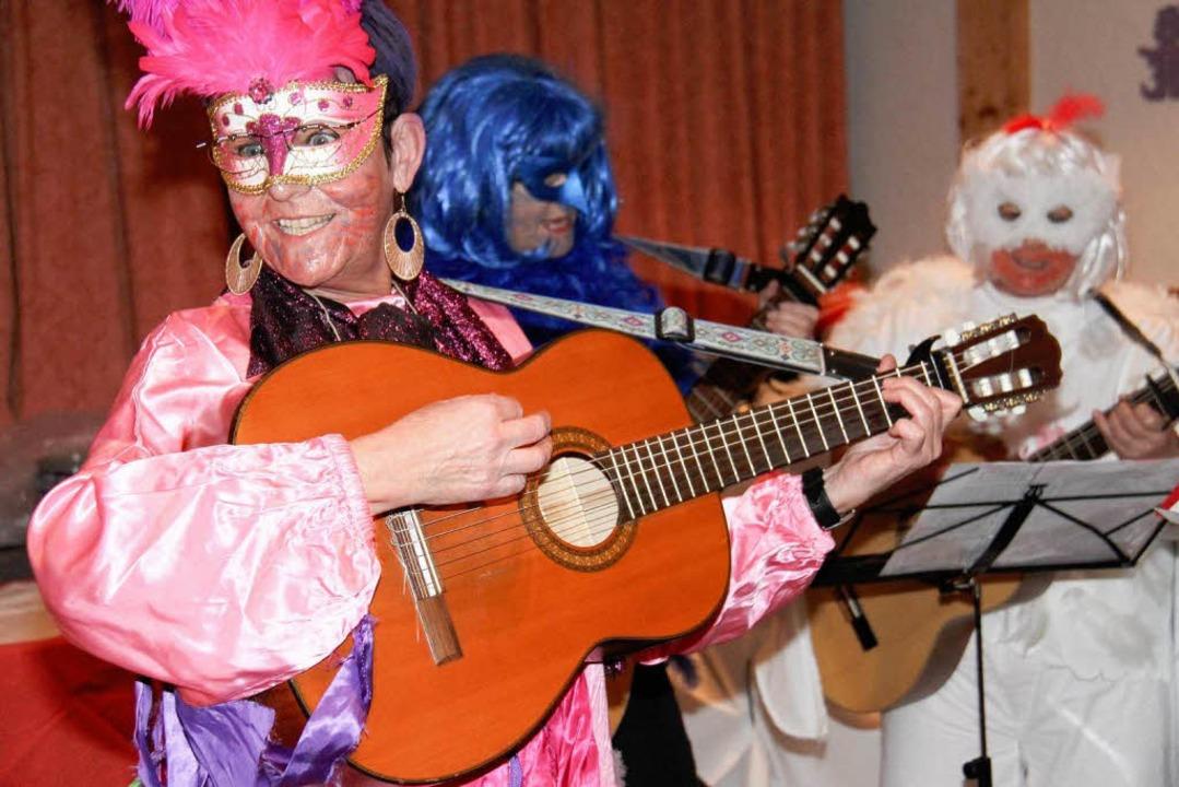 Die Gitarrengruppe im gefiederten Outfit    Foto: Wilfried Dieckmann