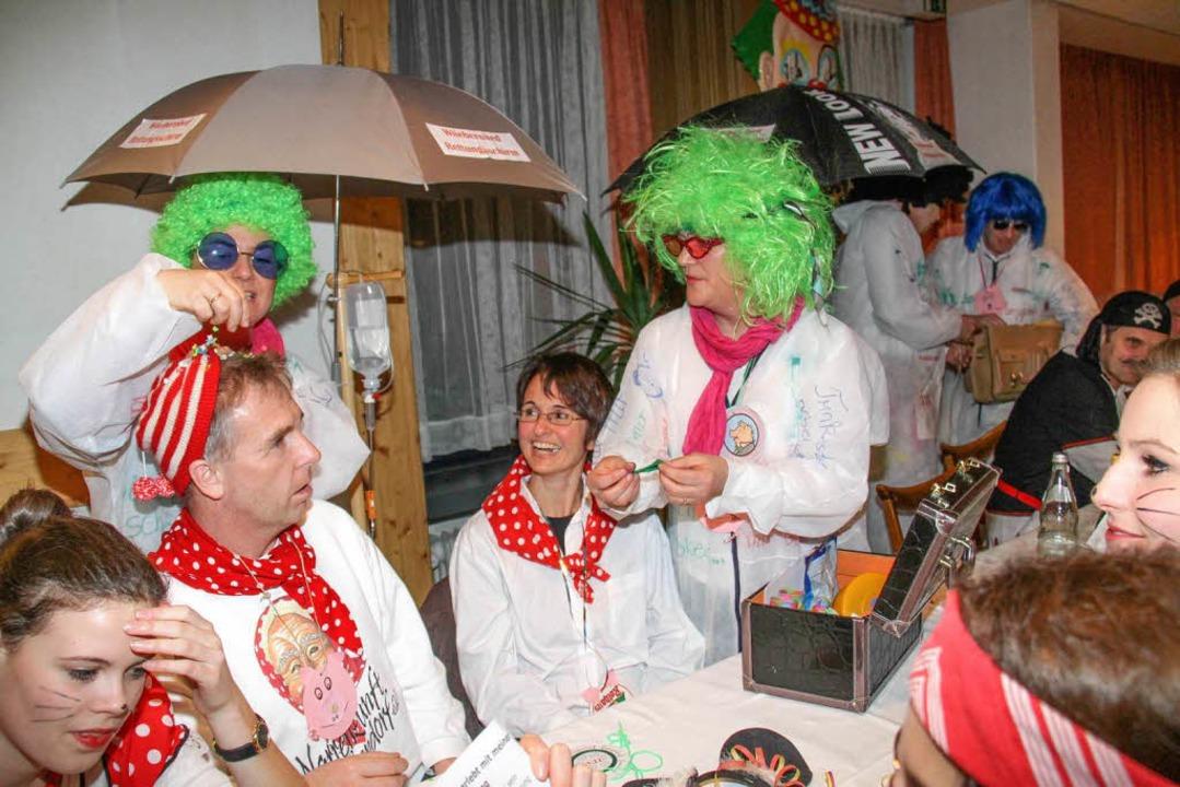 Rettungsschirm beim Wiiberobed: Erst a...usste das närrische Volk durch den TÜV    Foto: Wilfried Dieckmann