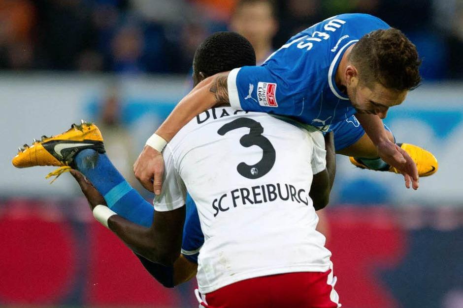 Fallou Diagne (unten) und Tobias Weis im Zweikampf (Foto: dpa)