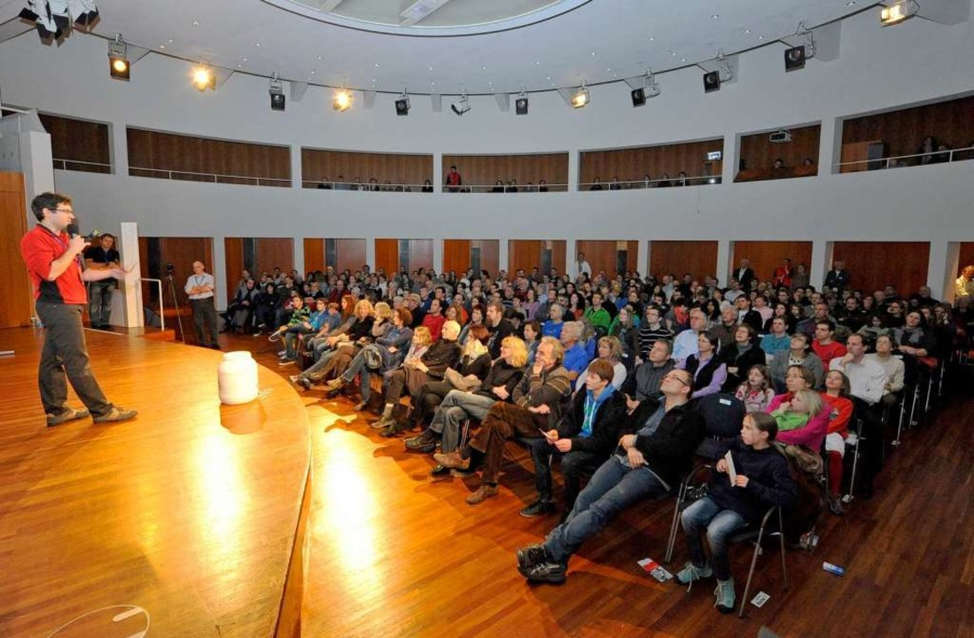 Veranstalter David Hettich begrüßt das Publikum  | Foto: Michael Bamberger