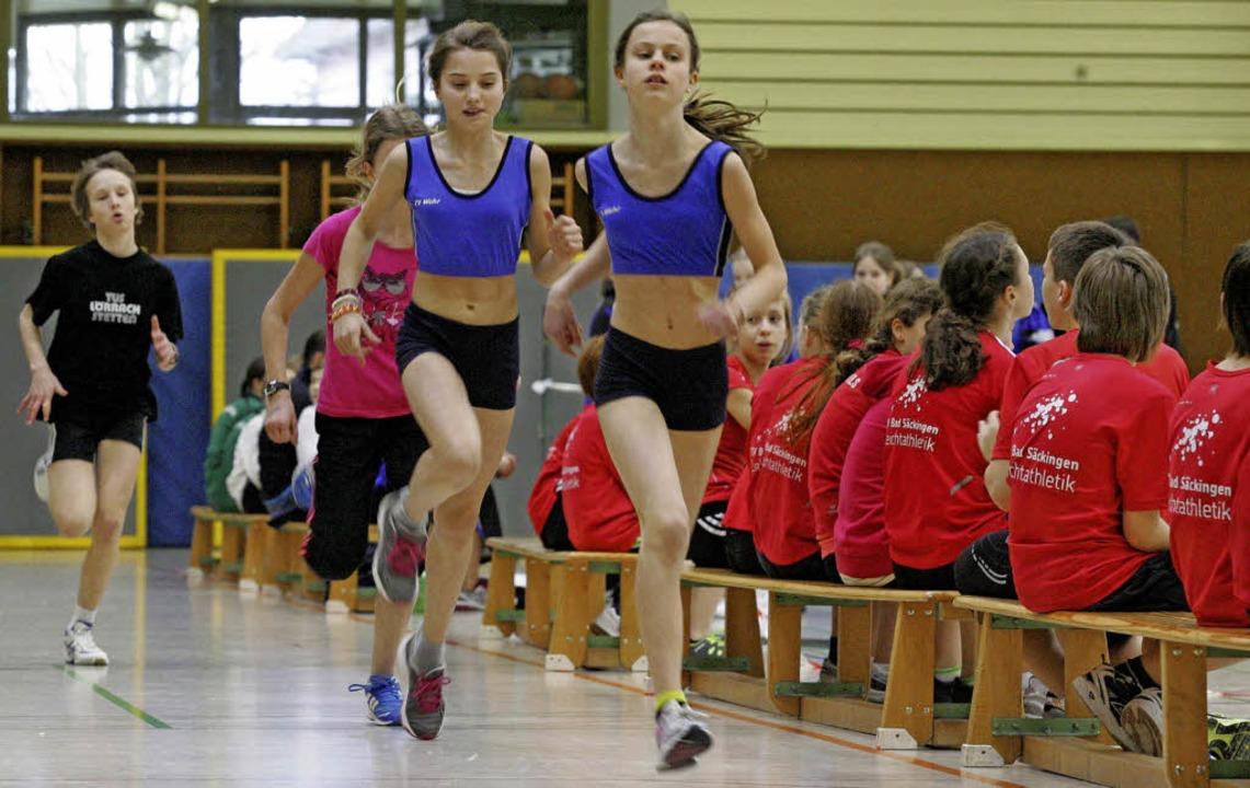 Die Stadionrunde in die Halle übertrag... Schülerinnen W 12 in  Bad Säckingen.   | Foto: michael neubert