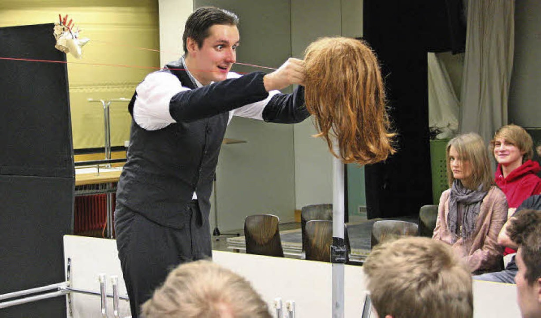 Dialog mit einer Perücke - der Schauspieler Robert Martin als Franz Kafka.  | Foto: Hans Jürgen Kugler