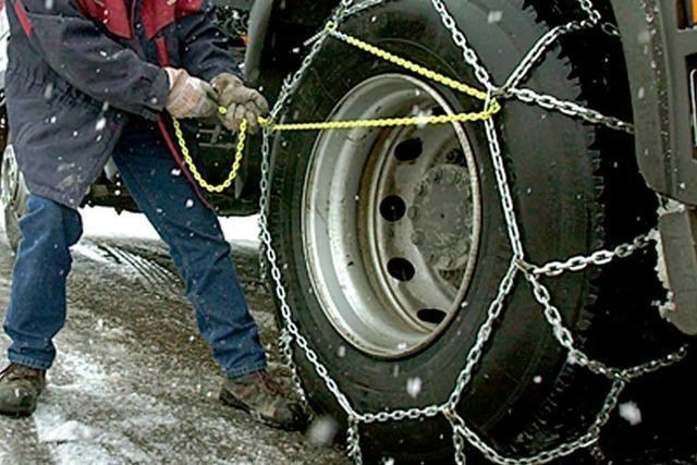 B31: Schneefall und Kettenpflicht für Laster sorgen für den nächsten Stau