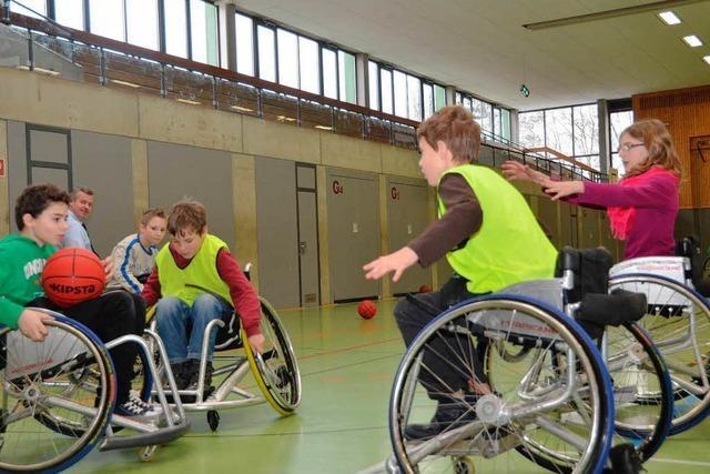 Realschüler üben sich im Rollstuhlbasketball
