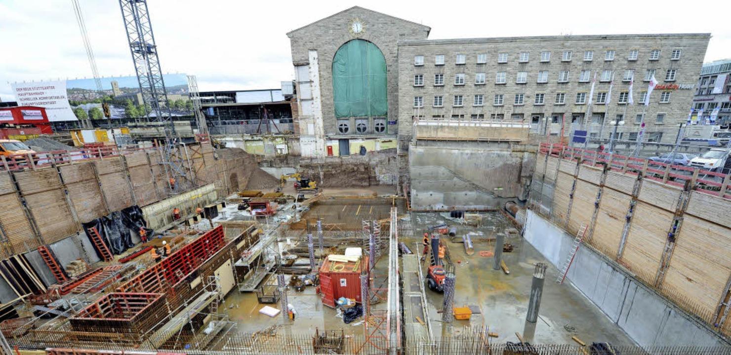 Wo einst der Nordflügel des Stuttgarte...etzt eine Großbaustelle eingerichtet.     Foto: DPA