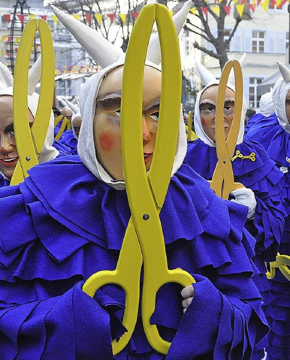 Farbenfroh: Der Umzug der Narrengilde zeigt das ganze Spektrum der Fasnacht.   | Foto: Barbara Ruda