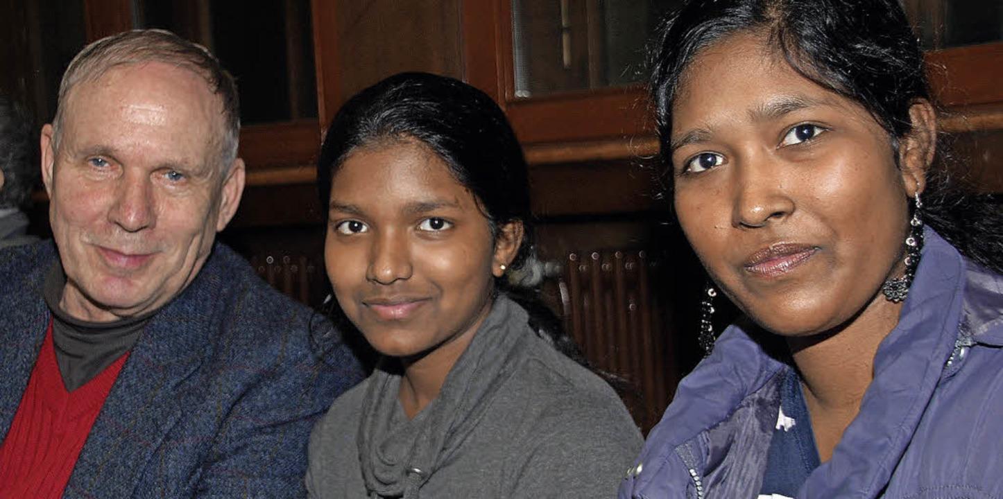 Herwig Popken und junge Asylbewerberinnen beim Treffen in der Christuskirche.    | Foto: Danielle Hirschberger