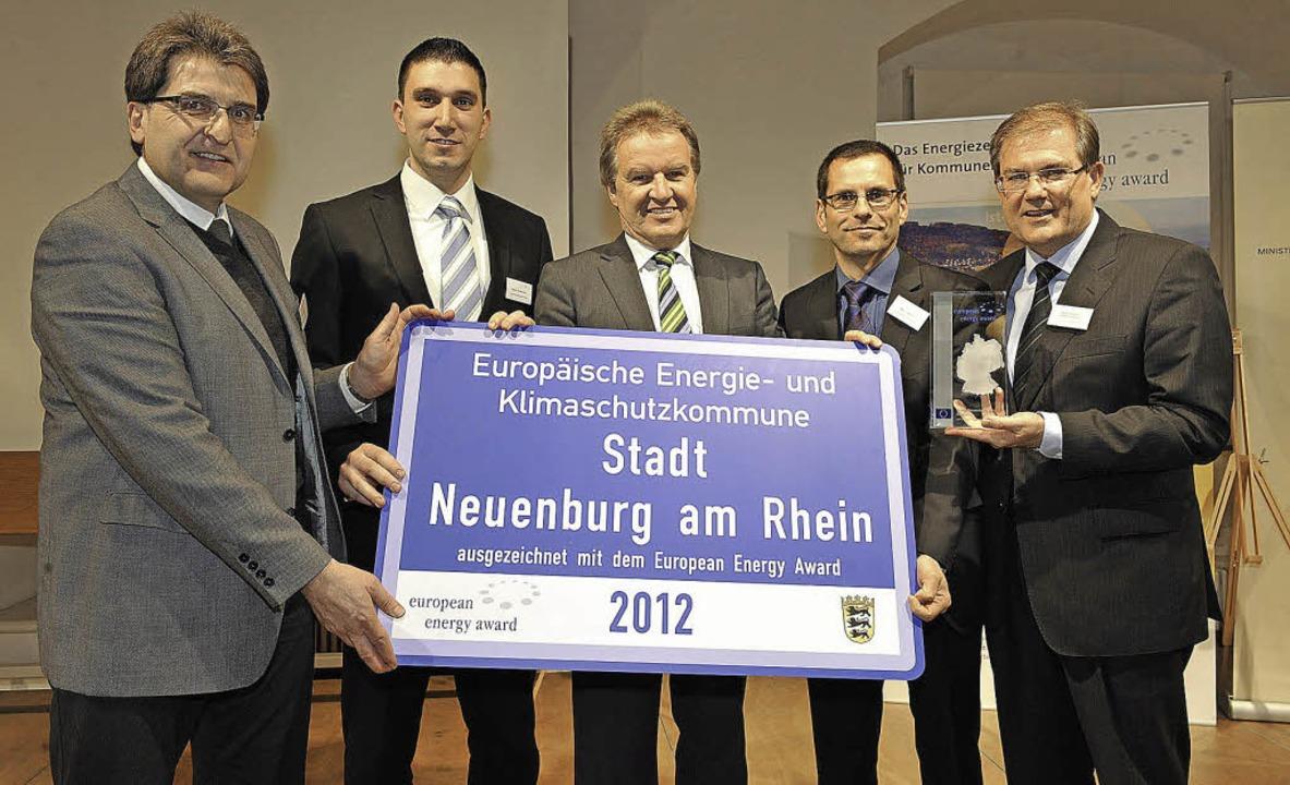 Stolz auf den Preis (von links): Peter...er und Bürgermeister Joachim Schuster   | Foto: volker münch