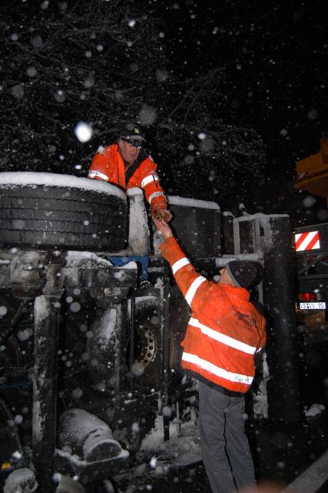 Auf der B31 bei Hinterzarten stürzte d...us Hüfingen bargen ihn mit Autokränen.    Foto: Martin Ganz