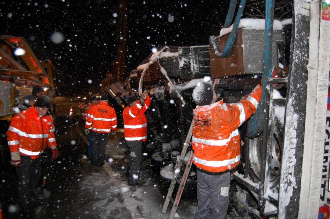 Bergungsarbeiten im Schneetreiben.    Foto: Martin Ganz