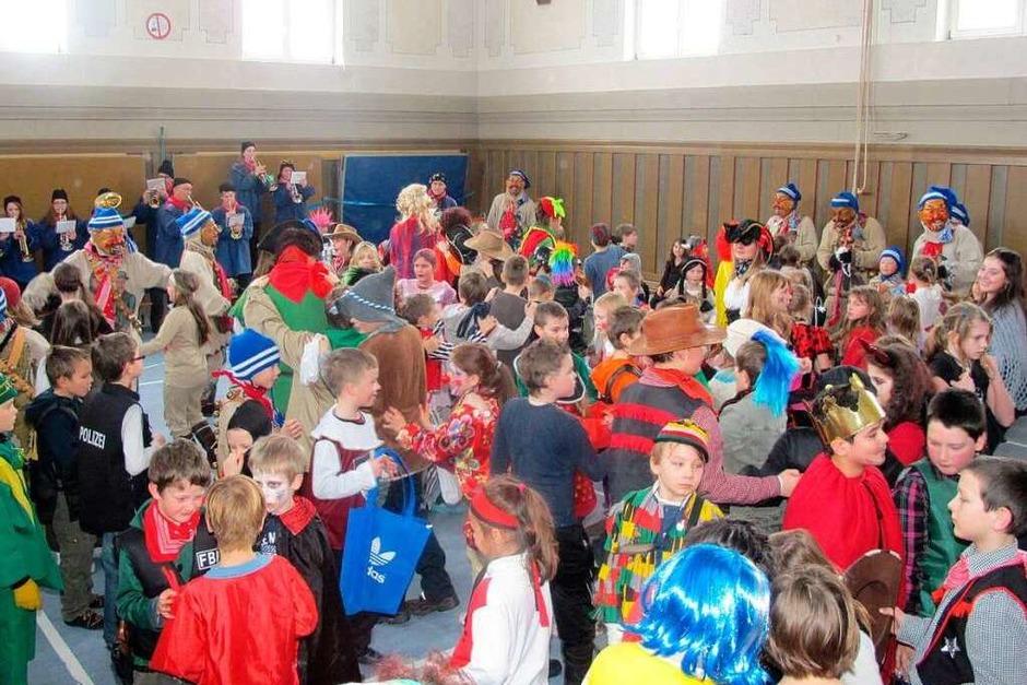 Schülerbefreiung: Tolle Stimmung herrschte am Bildungszentrum, als die Narren dem Schulalltag ein Ende setzten. (Foto: Uli Spielberger)
