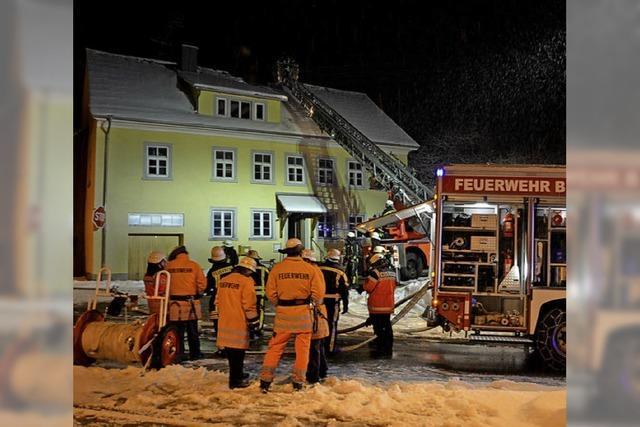 Feuerwehr bekämpft Brand