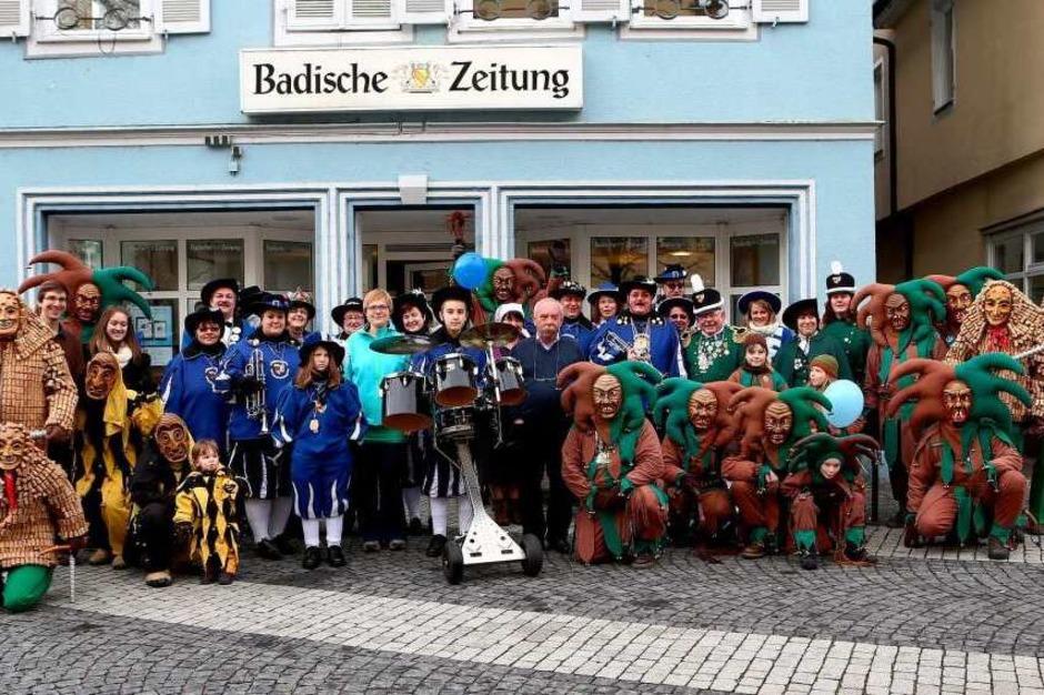 Gruppenfoto von Lahrer Narrenzunft mit Redakteuren vor dem BZ-Pressehaus am Lahrer Urteilsplatz. (Foto: Christoph Breithaupt)