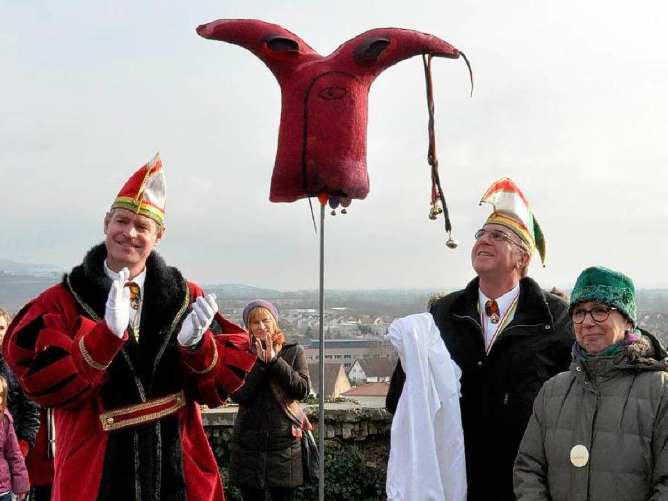 Bürgermeister Oliver Rein (links) und ...-Installation von Ute Bitsch (rechts).  | Foto: Kai Kricheldorff