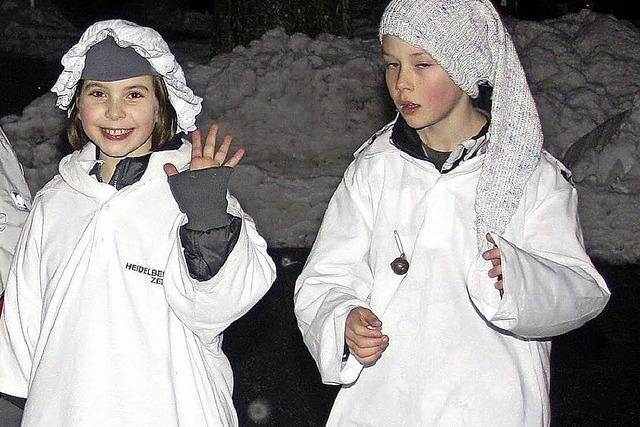 Umzug in weißen Pyjamas
