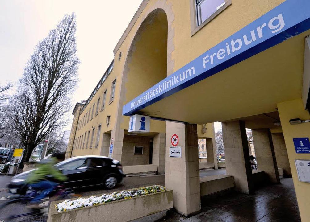 Die Uni-Klinik geht auf Sparkurs &#821...ails gibt es widersprüchliche Angaben.  | Foto: Bamberger