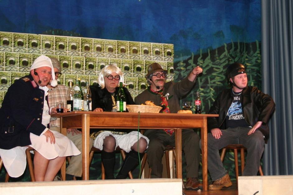 Früher war alles besser: In drei Teilen beleuchteten diese Buchholzer Jungs das Motto, hier am Stammtisch. (Foto: Karin Heiß)