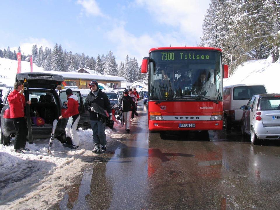Parkende Autos, Snowboardfahrer und ei... Alltag auf der B317 auf dem Feldberg   | Foto: neubronner/lorenz und partner