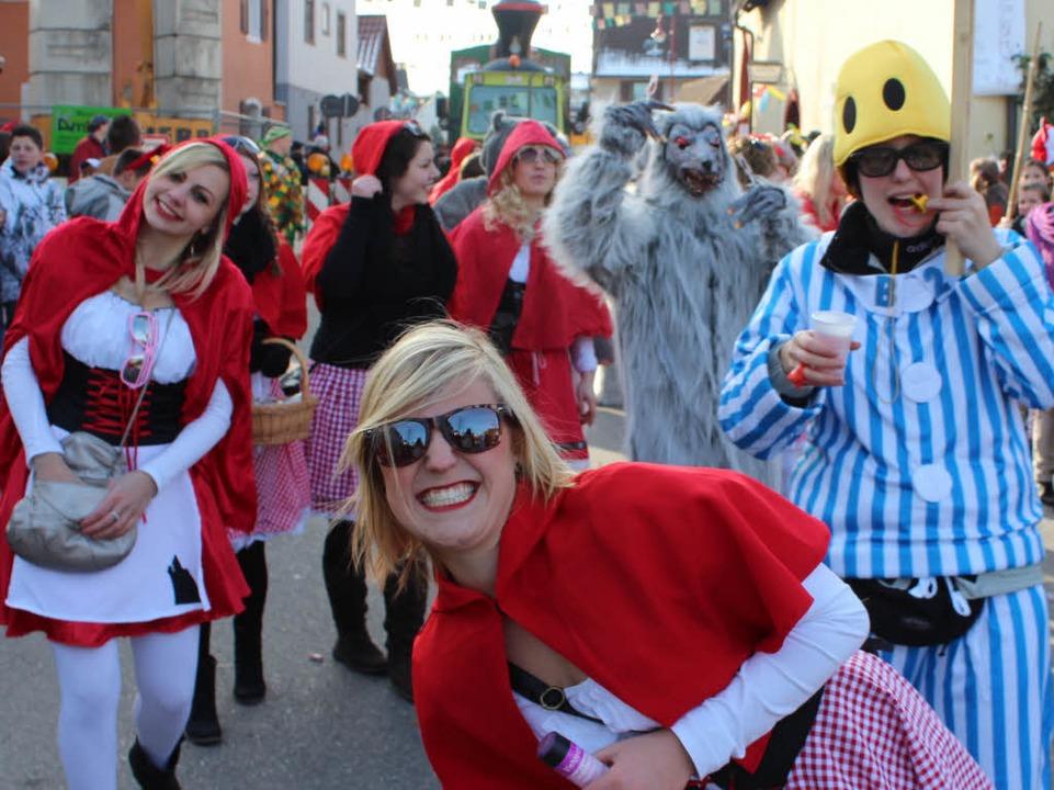 Rotkäppchen und der böse Wolf: die Fußball-Damen.  | Foto: Mario Schöneberg