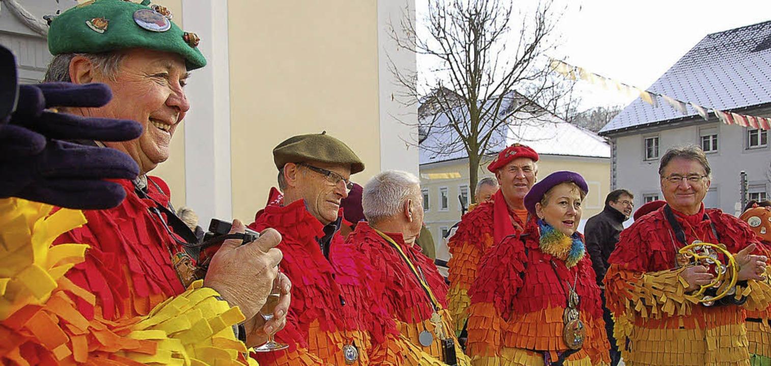 Bunt gewandet kam die internationale N...auf dem Kirchplatz gemeinsam gefestet.    Foto: Binner-Schwarz
