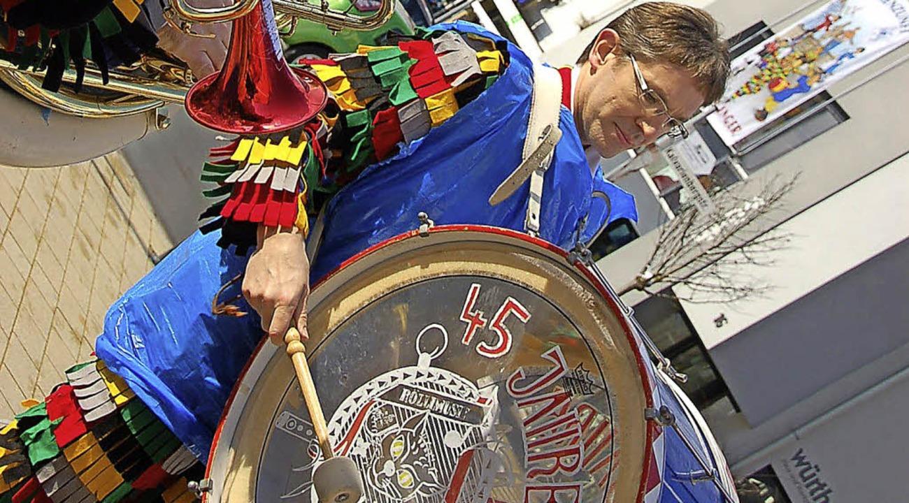 Eine Abordnung der Rölli-Musik spielte...nkonverntionelle Art schützen mussten.    Foto: Binner-Schwarz