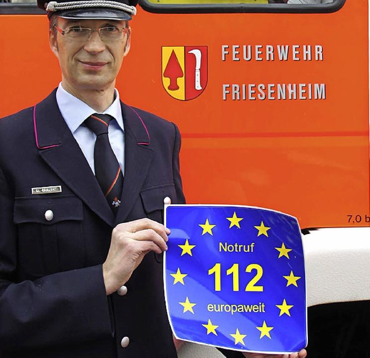 Kommandant Reiner Graupe mit einem Notruf-Logo-Aufkleber.   | Foto: Feuerwehr