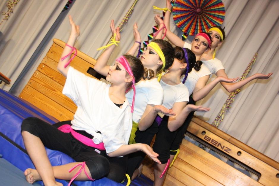 Als Kung Fu Fighters wirbelten die ASV-Leistungsturnerinnen in NIederrimsingen über die Bühne. (Foto: Christine Aniol)
