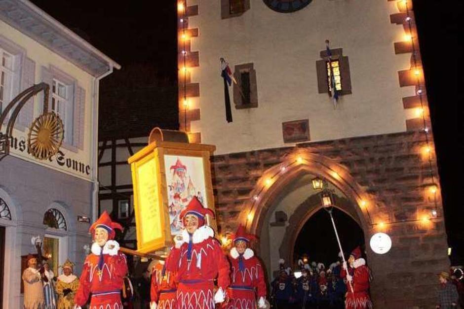 Mit einem Sternmarsch ziehen Jokili und Musikkapellen am Sonntagabend zum Marktplatz, wo die offizielle Fasnetsproklamation stattfindet. (Foto: Martin Wendel)