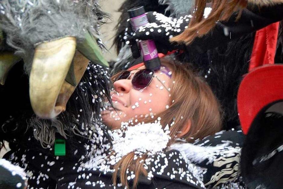 Fies: Vor allem junge Umzugszuschauerinnen mussten sich von den Narren einiges gefallen lassen. (Foto: Kathrin Blum)