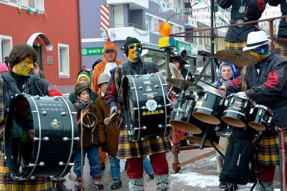 Die Guggenmusik heizte vor dem Bühnenspiel kräftig ein. (Foto: Juliane Kühnemund)