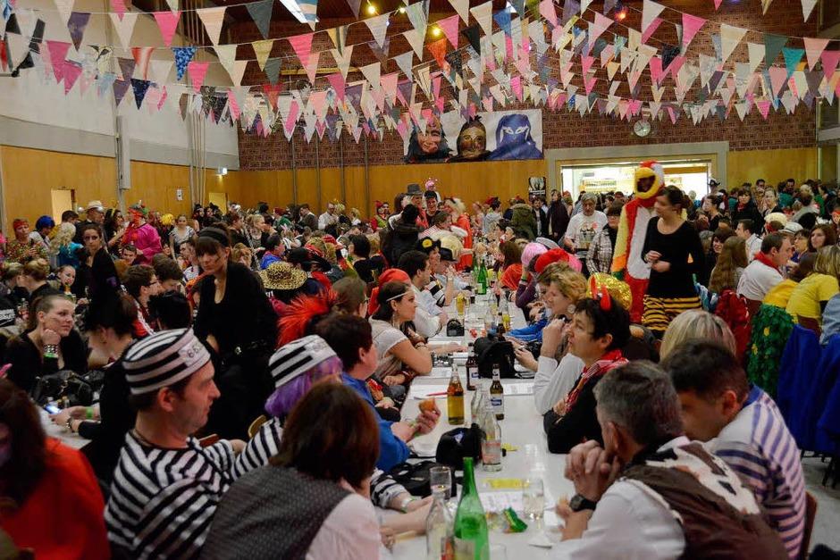 Gegen 19.30 Uhr wurden die Sitzplätze in der Rheinwaldhalle rar. (Foto: D. Red)