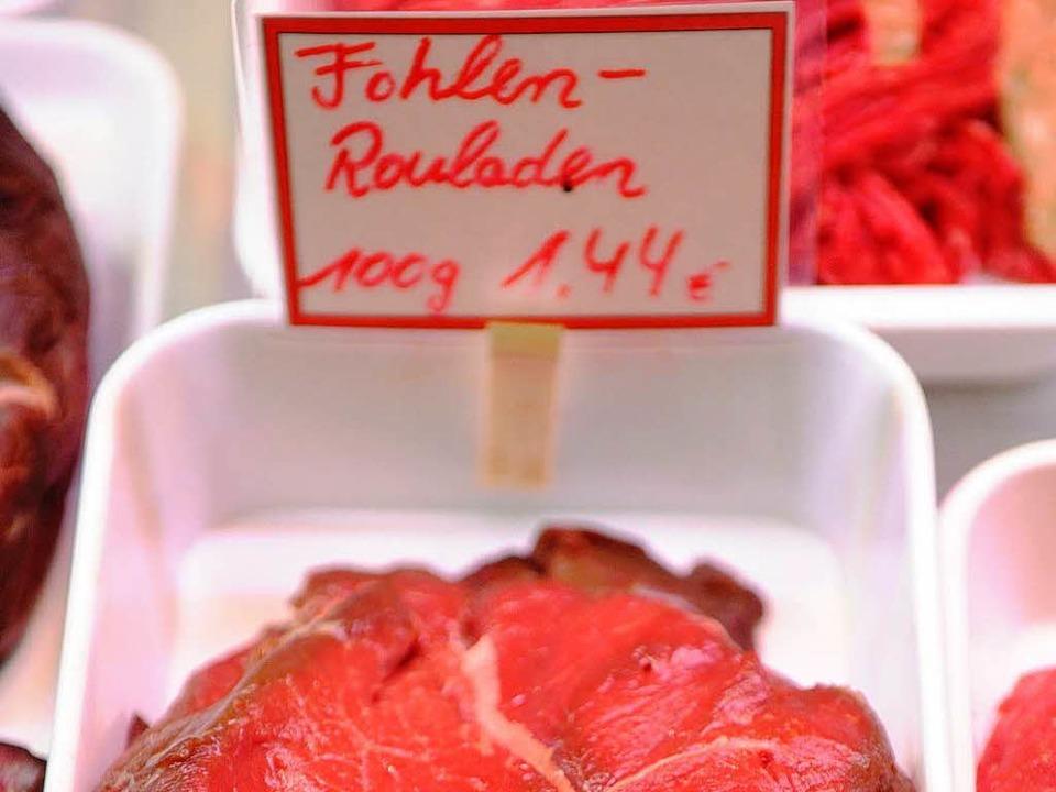 Roulade vom Fohlen? 100 Gramm kosten bei Bert Hobbold 1,44 Euro.  | Foto: dpa