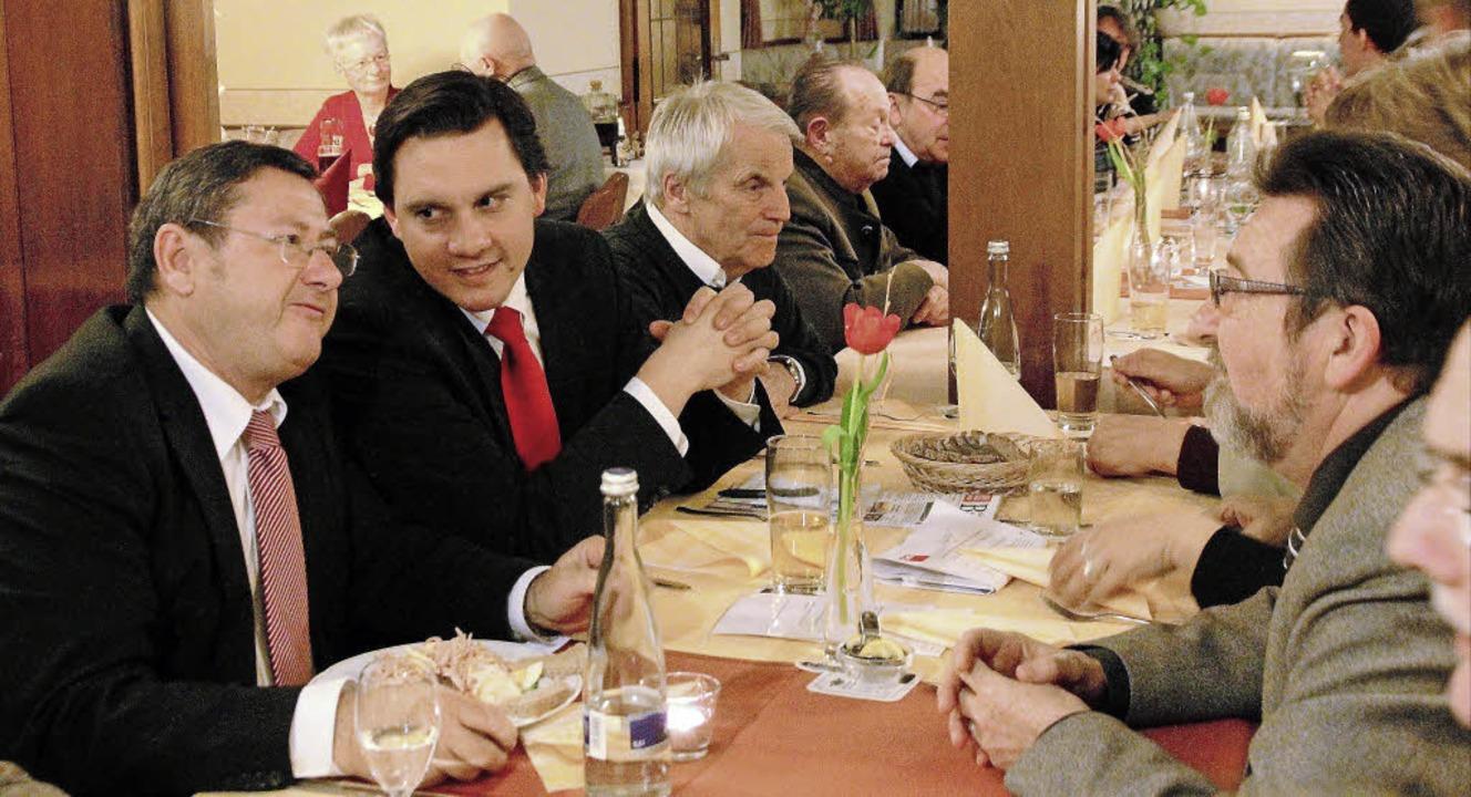 Bürgemeister Heinrich Dixa, der SPD-Bu...aditionellen Heringsessen in Ringsheim  | Foto: Erika Sieberts
